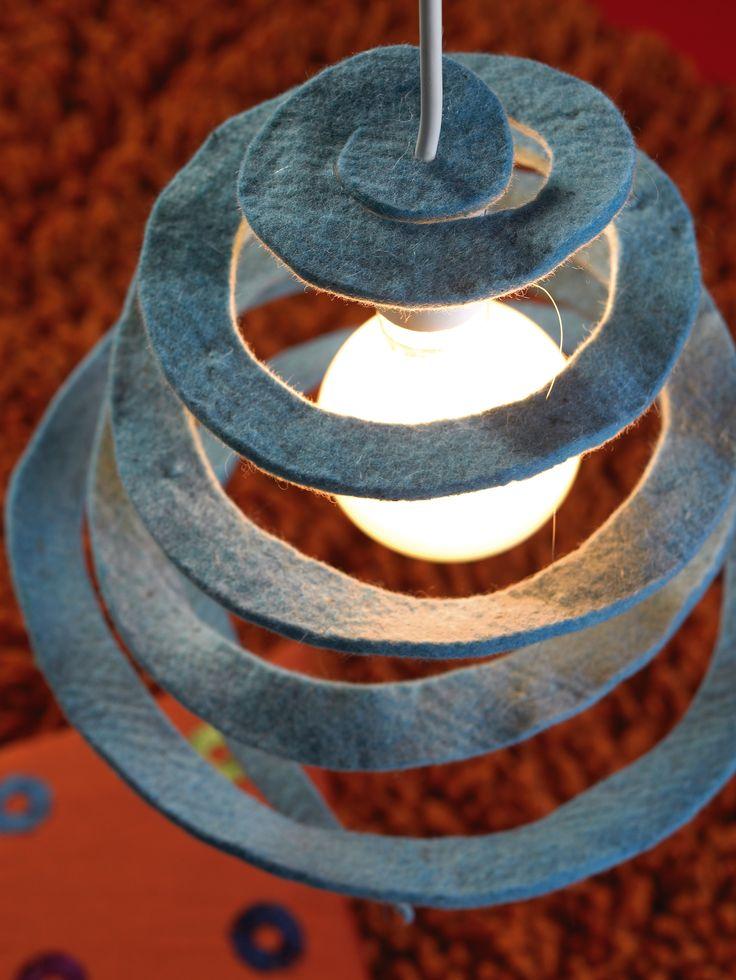un esempio creativo di fai da te per realizzare un lampadario con lana cotta e fil di ferro