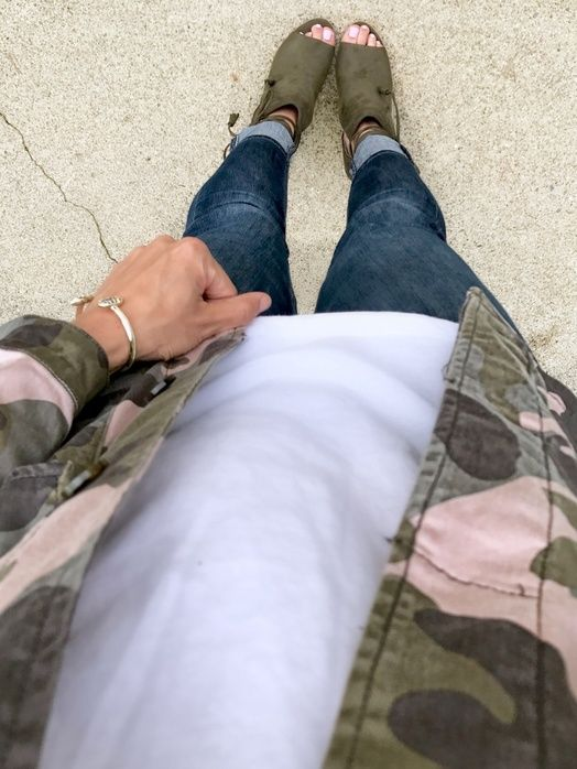 Camo Jacket + Booties | camo jacket outfit | spring fashion | how to wear a camo jacket | styling tips for spring | how to wear a camo jacket | how to wear booties with skinny jeans || The Flexman Flat