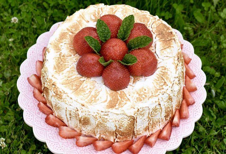 Choklad och jordgubbstårta med italiensk maräng
