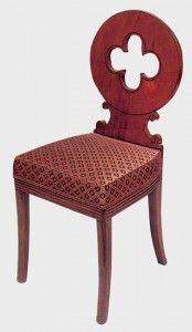 Le motif de quadrilobe ajouré dans un dossier médaillon est inspiré par le Moyen-Age qui revient à la mode sous la Restauration.