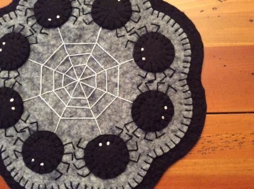 PRIMITIVE PENNY RUG CANDLE MAT HALLOWEEN SPIDERS AND SPIDER WEB