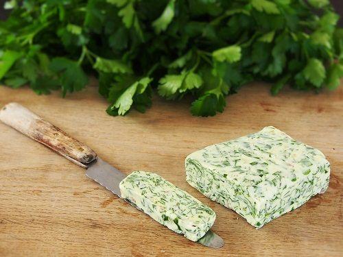 Un beurre aromatisé au persil et à l'échalote pour une multitude d'usages. Pas à…