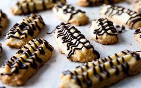 Sprøde marcipankager med chokolade Disse sprøde kager er gode og hurtige at lave. (Recipe in Danish)
