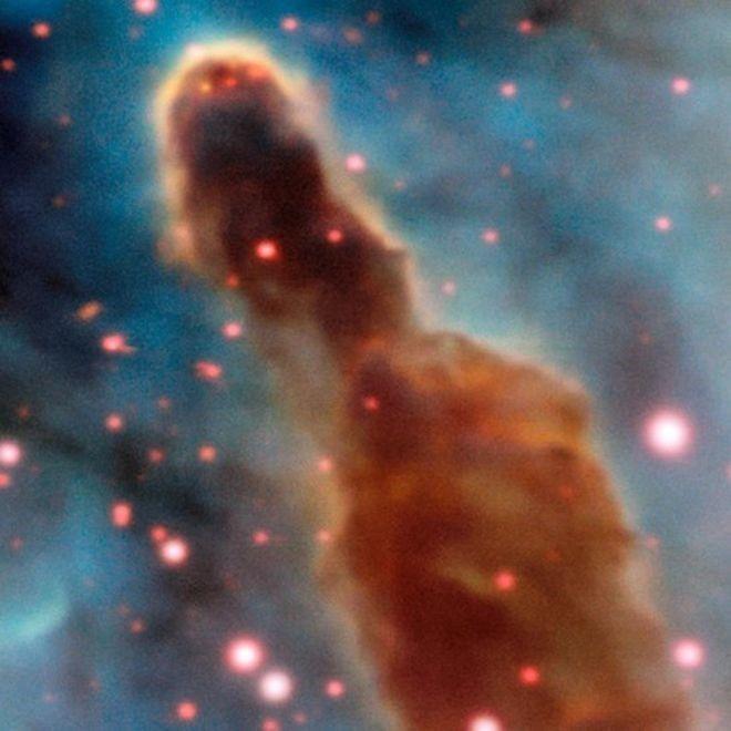 Região R18 da nebulosa de Carina: pontos rosa são estrelas que ainda estão dentro da nuvem de poeira original (Foto: ESO)