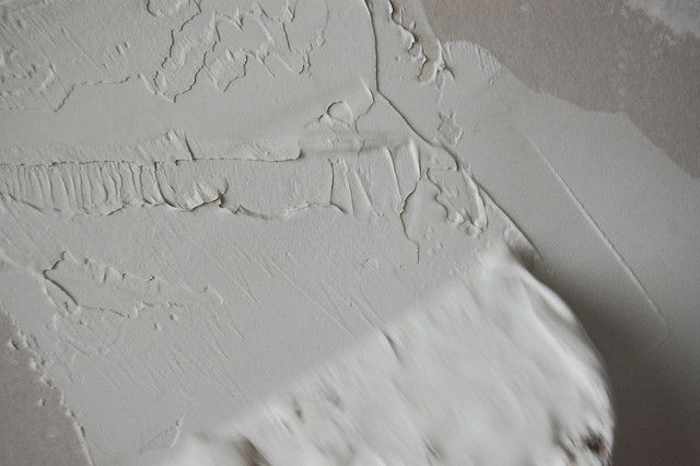 How to texture your walls using joint compound. Love the look of a plaster wall!