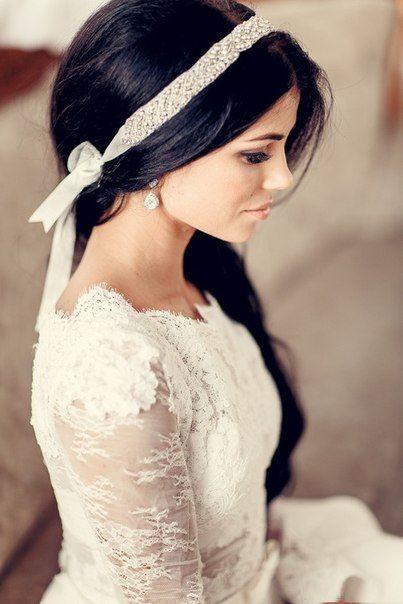 Свадебная лента в прическу дополнит образ невесты, сделав его более романтичным. Ободок оформлен на ленте, таким образом не будет давить голову как металлические свадебные ободки.