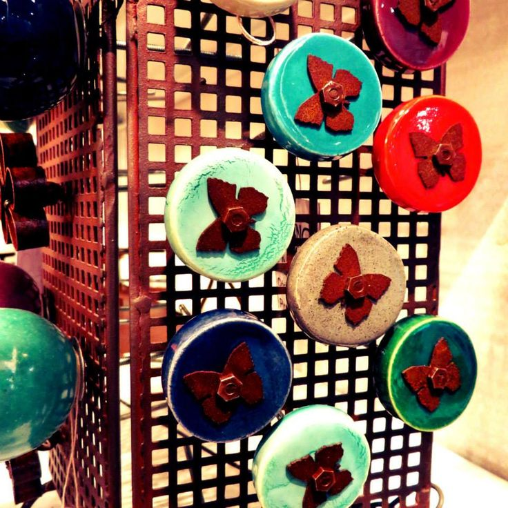 Tiradores de cerámica con aplique de mariposa o flor en chapa color óxido. Te esperamos! Martes a Viernes de 11 a 19 hs Sábado de 10 a 13 hs Arcos 2092 casi esq Juramento / Belgrano www.bychecha.com.ar