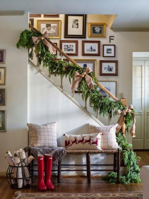 Best 25+ Christmas staircase decor ideas on Pinterest ...