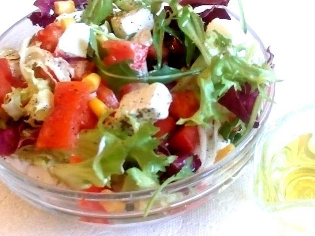 Przepisy Kulinarne: Sałatka z mieszanki sałat i sera feta
