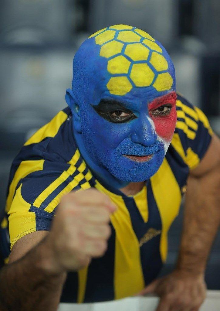 Ein Anhänger des türkischen Fußballclubs Fenerbahce Istanbul hat sich für das Europa-League-Spiel seines Vereins gegen Lokomotive Moskau in den V...
