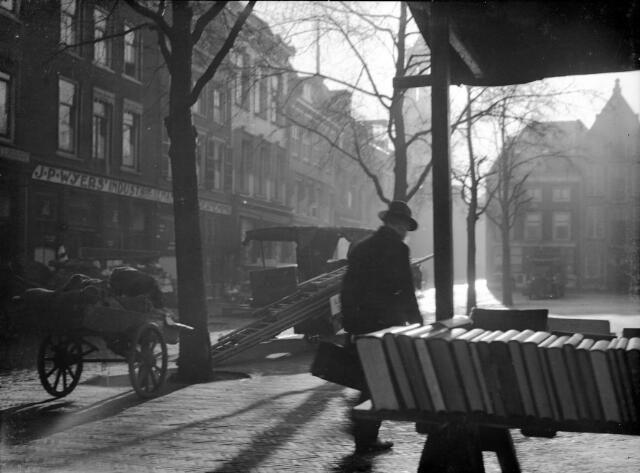 Gezicht op de Neude te Utrecht, met op de voorgrond een boekenkraam. Catalogusnummer  816522
