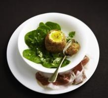 Recette - Oeuf de poule frit au pain dépices, copeaux de 'pata negra', vinaigrette dherbes - Notée 5/5 par les internautes