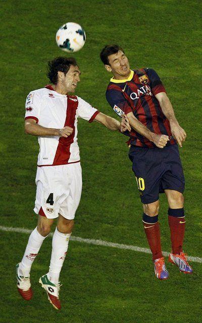 Lionel Messi salta con Raul Baena