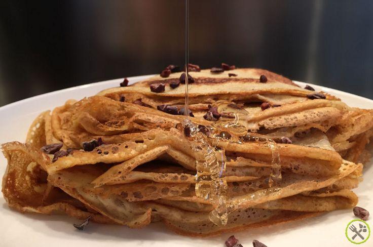 #PALEO #CREPES MET #HONING: Dunne Franse crêpes als ontbijt zijn een echte luxe, heel fijn naast de dikke American Pancakes als afwisseling. Ze zijn ook zeer handig om als hartige pannekoek te gebruiken met een zoute vulling. De paleo crêpes van arrowroot en kokosmelk zijn amper te onderscheiden van de normale crêpes met bloem en melk. Dit simpele recept is snel klaar en is dus ideaal als ontbijt of als vieruurtje.