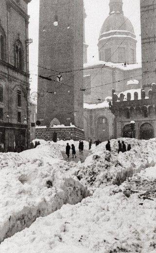 """Che nevicata!  (foto da mostra itinerante e da libro """"Bologna e  le festività di Natale 1950-2010"""")"""
