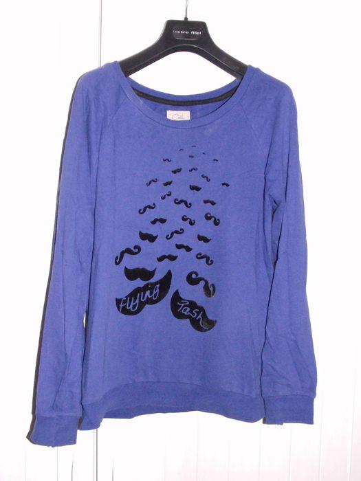 Modrá mikina s dlouhým rukávem a semišovými knírky