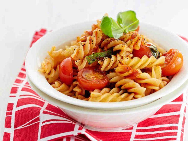 Tomaatti-basilikapasta http://www.yhteishyva.fi/ruoka-ja-reseptit/reseptit/tomaatti-basilikapasta/014526