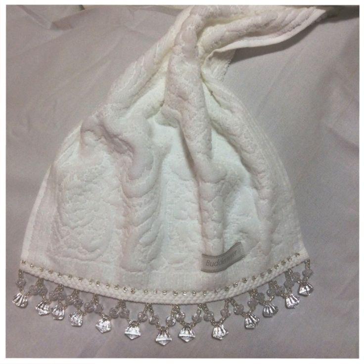 Toalha para uso de lavado com aplique de pedrarias.