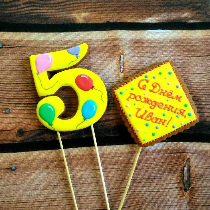 Друзья, составила для Вас подборку фотографий простых пряничный топперов для торта. Стоимость таких топперов невысокая, от 90р./шт, однако на торте они смотрятся, на мой взгляд, эффектно. Надпись, цвет Вы выбираете сами. Но самое главное- #пряничныетопперы очень вкусные! Тортики Аниты @macarons_shopkrd