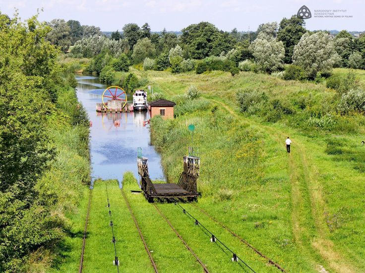 The Elbląg Canal was built in the 19th century according to the design of the engineer Georg Jacob Steenke. It is over 130 kilometers long, half of which is a technical route leading through artificial cross-cut canals and dikes. In its other sections, the canal runs through lakes. Narodowy Instytut Dziedzictwa, CC-BY-SA