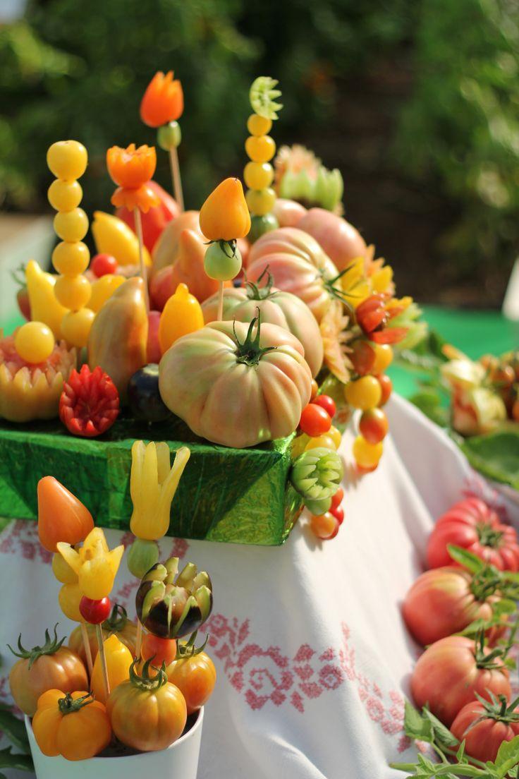 mesa con 40 variedades de tomates