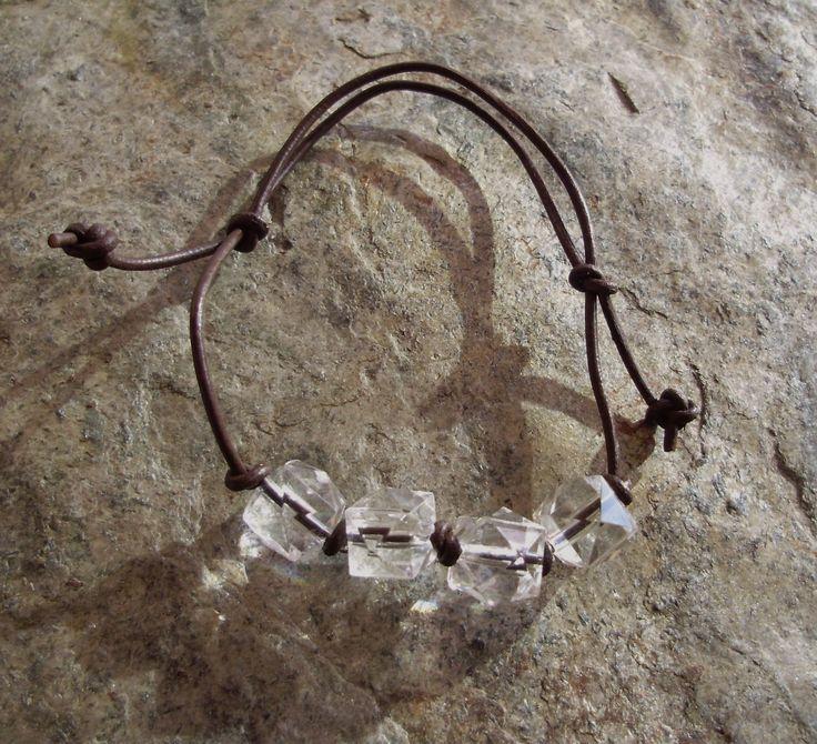 Perles acryliques et lien en cuir réglable