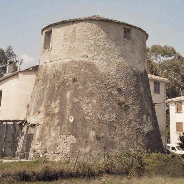 Corsica - Tours Génoises Corse -  Prunete  Tour de Prunete. En octobre 1573, les autorités génoises adjugent à l'entrepreneur Giacomo Compiano, établi à Bastia, la construction des tours de Fiorentina et de Prunete, dite aussi de Scalo Vecchio (située sur l'actuelle commune de Cervione) 1575 ; 1710.  La construction de la tour de Prunete débute en 1574, elle est terminée en 1582. À partir de 1713 elle ne servait plus qu'à faire des signaux.