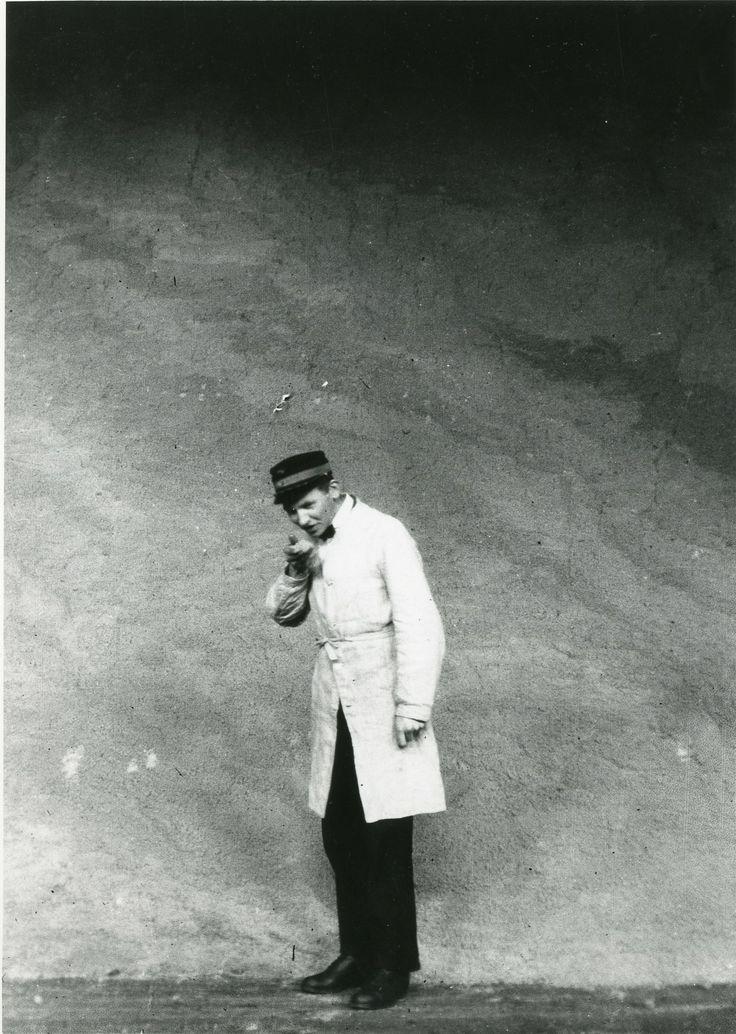 Søren Berthelsen i sukkerpakhuset i Nakskov i 1919.