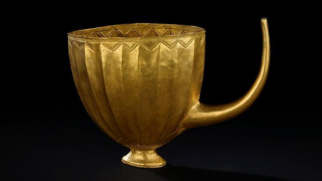 A golden sprouted cup buried with Queen Puabi of Ur, c 2500 BCE. It was most likely used for drinking beer.: Drinks Beer, Ancient History, 2500 Bce, Cups Buried, Ancient Artefacts, Drinks Cups, Ancient Time, Eastern Archaeology, Amazing Photos