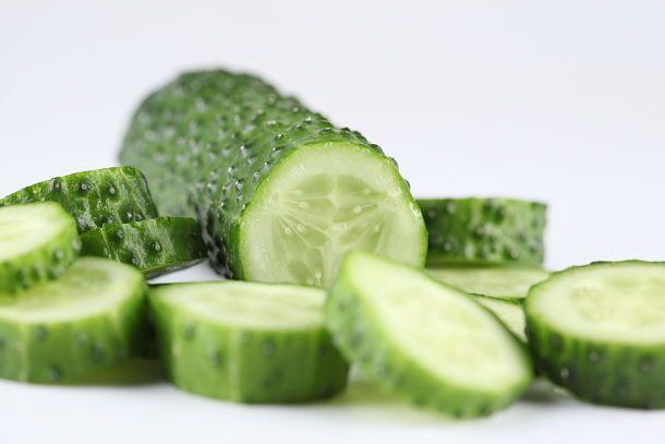 El fruto del pepino se puede consumir cocidos, rellenos, o crudos en ensalada. Cogidos antes de la maduración y adobados en vinagre, constituyen los pepinillos.