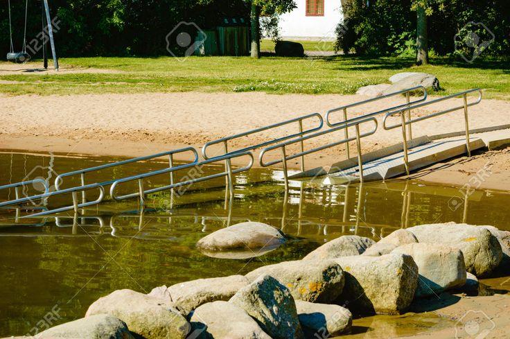 43782001-Una-rampa-sedia-a-rotelle-in-acqua-di-mare-per-essere-utilizzato-da-persone-con-disabilit-o-handicap-Archivio-Fotografico.jpg (1300×864)
