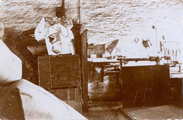 Interiør fra jernbanetoldkammeret i Haderslev ca. 1920. Kasser med varer til kontrol ses i baggrunden.