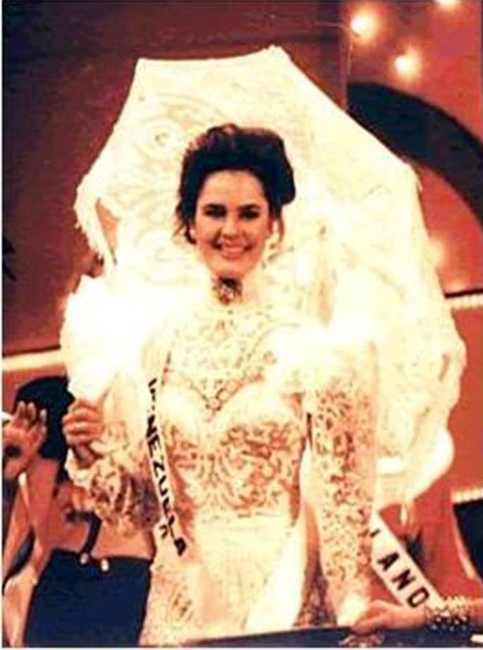 Andreina Goetz - Miss Venezuela, en su traje de Dama Antañona  en el Miss Universe 1990..