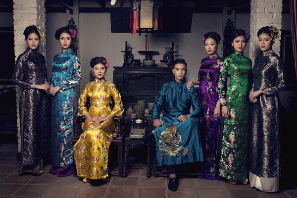 Chào năm mới 2016 Các người đẹp công ty Lukas model cùng nhau tái hiện lại hình ảnh những người phụ nữ thời xưa trong tà áo dài gấm.