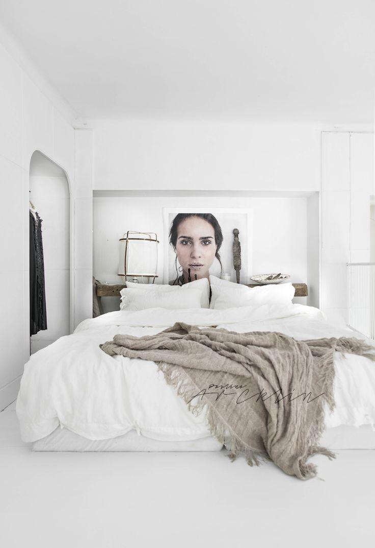 Stilista de interior Paulina Arcklin s-a jucat cu fundalul alb imaculat al acestui loft din Milano și a presărat accente gri de cul...
