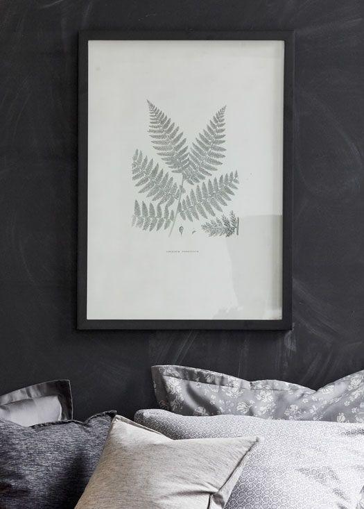 Du kan bruge billeder med botaniske elementer for at få det botaniske look med ind i soveværelset #inspirationdk #styling #PiaKrøyer #interiør #indretning #botanisk #botanik