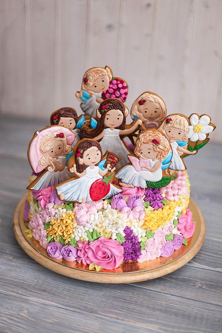 Невероятно яркий и весенний торт с изобилием цветов порадует целый женский коллектив! Пряничные топперы в виде фей - сладкие копии девушек. Цветочная поляна выполнена из крем чиз. Автор instagram.com/iralyamina