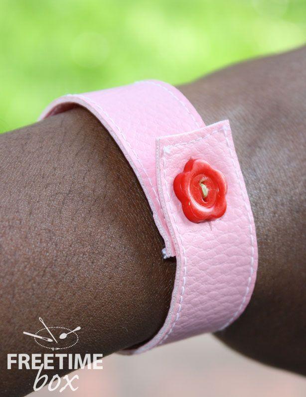 Tuto DIY réaliser un bracelet avec du simili cuir et un bouton.