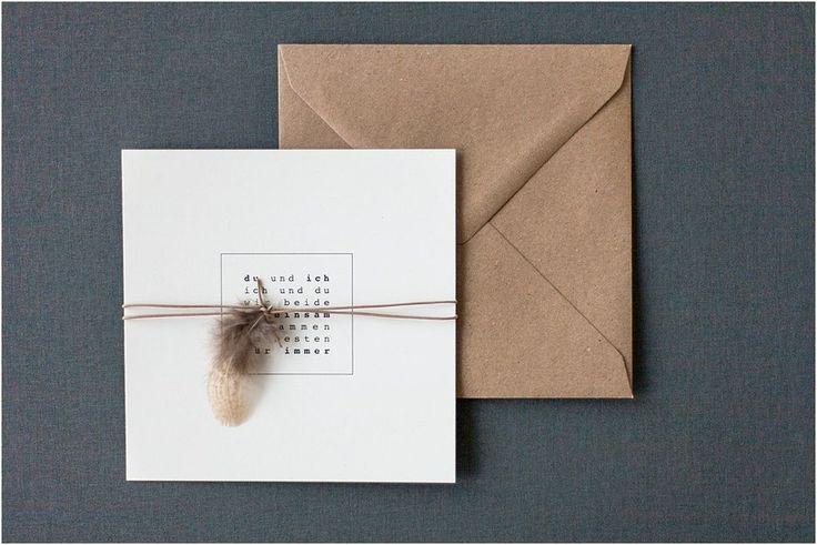 Hochzeit Einladung, Quadrat, Schreibmaschinenschrift, Lederband, Feder, Naturpapier, Kraftpapier braun - Von Anmut und Sinn