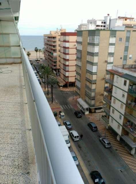 Piso en Cullera avenida Caminas dels Homens. Segunda linea de playa. Precio: 165,000�. Construido en 1980, Dispone de ascensor, Hay conserje, 120m2 construidos, 3 habitaciones 2 ba�os, armarios empotrados , suelo parqu�, cocina office con todos electrodom