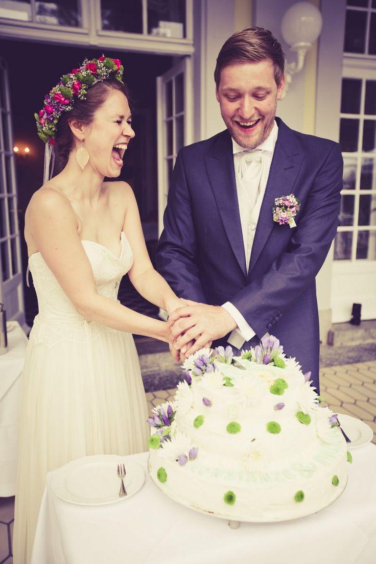 Hochzeitstorte anschneiden #brautpaar #hochzeitsfeier #wedding #schlosshotelgroßplasten