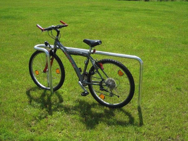 Unser Fahrradanlehnbügel Oese: Stabil, einfach zu verwenden. Die Schlaufe verhindert das Umkippen.