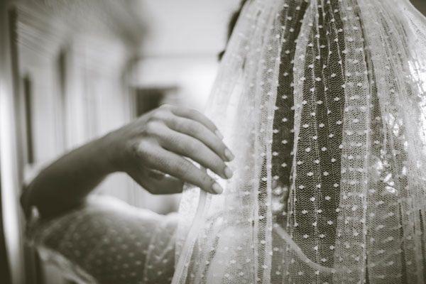 Giallo e pois per un matrimonio intimo: Zita e Luca #pöttyös #menyasszonyi #ruha #fátyol dotted wedding dress #polka #dot #veil