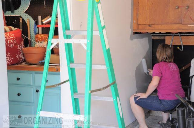 Pintando a parede de madeira compensada com restos de tinta | OrganizignMadeFun.com