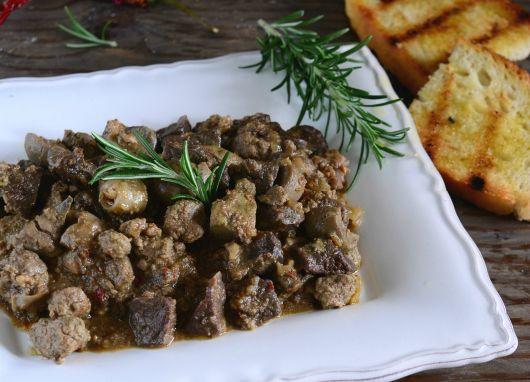 La Coratella di agnello con cipolle, è un tipico piatto della cucina tradizionale povera del centro Italia, ben piccante per gli amanti dei sapori decisi!
