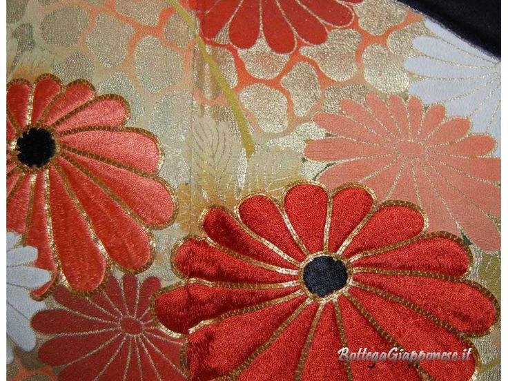 Kurotomesode kimono formale con decorazioni nella parte inferiore dell'abito; tradizione giapponese del kimono.