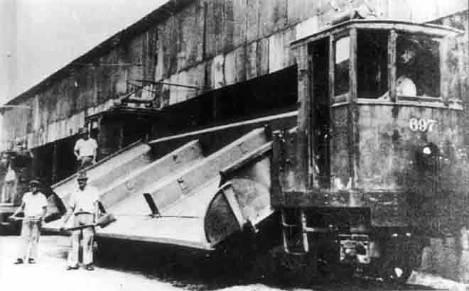 Bonde Basculante - 1940 O bonde da imagem, pertencente à Light do Rio de Janeiro, era dedicado ao transporte de insumos necessários à manutenção da via permanente, tais como pedra britada, areia, etc. A foto é da década de 40