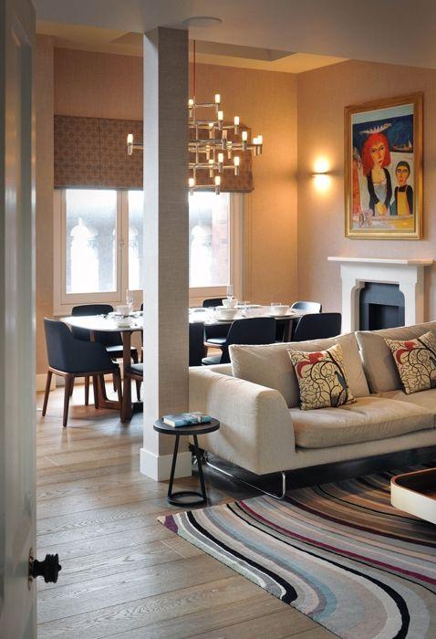 In primo piano divano Elan design Jasper Morrison per Cappellini.Tavolino Ninfea di Matteo Ragni per Poltrona Frau. Nella zona pranzo, illuminata da una grande vetrata, il tavolo e le sedie sono di Poliform. A sospensione si intravede il lampadario Crown di Jehs&Laub per Nemo. Alle pareti alcune tele della collezione privata del proprietario