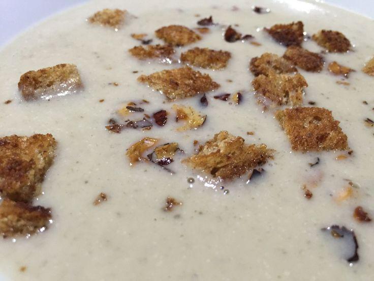 Quantité : 6 pers. | Préparation : 15 mn | Cuisson : 25 mn Ingrédients : 250 g de coeur d'artichauts • 3 petites pommes de terre • 1 échalote • 1 gousse d'ail • 50 g de beurre • 1 l d'eau • 1 grosse cuil. à soupe de farine • 1 grosse cuil. à soupe de...