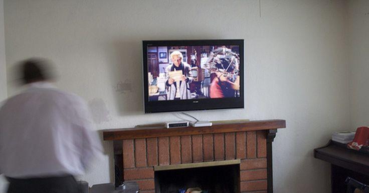 Ideas de chimeneas con el televisor colocado encima. Una chimenea siempre ha sido un punto focal de cualquier habitación. Ahora, con los televisores de pantalla plana, a muchas personas les gusta colocar su otro punto focal, el televisor, encima de la chimenea. Se trata de una forma atractiva para mostrarlo, y ciertamente, un ahorro de espacio, ¿pero es una buena idea?